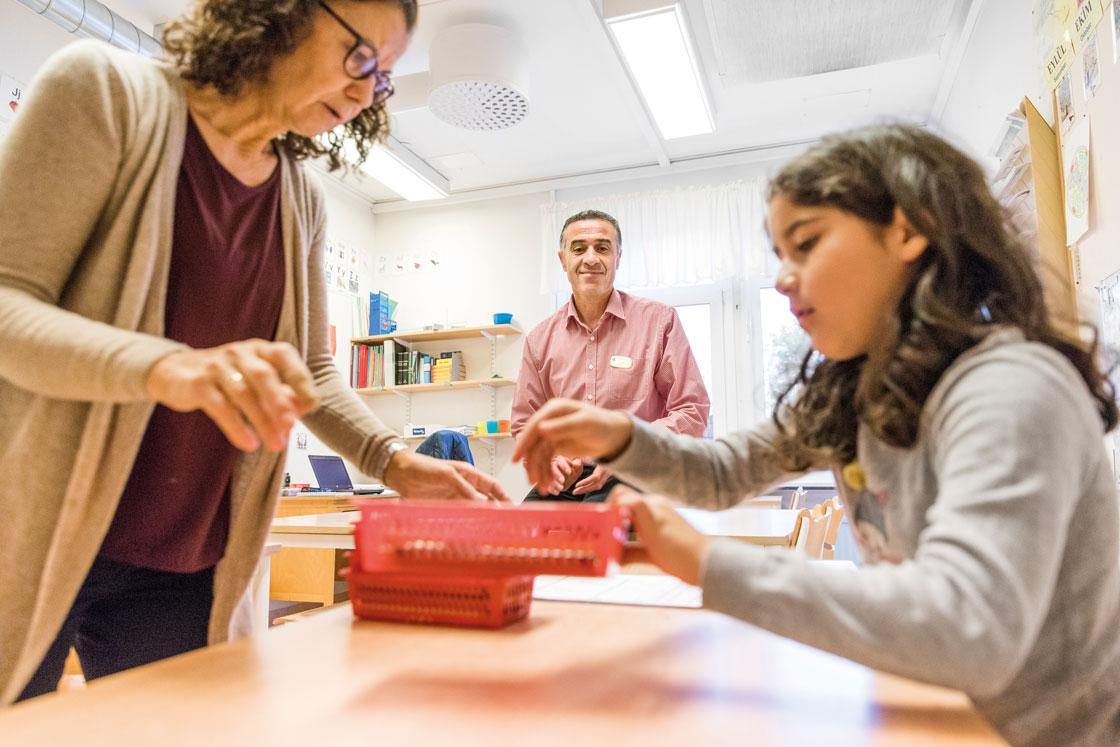Ofta upplever modersmålslärarna att de inte har samma status som ämneslärare, kan Augin Melki vittna om. Ülker Balta däremot, ingår i ett arbetslag och känner sig hemma på Tallidsskolan.