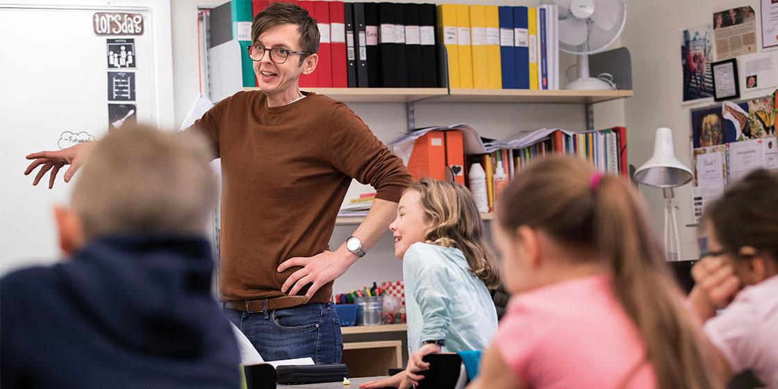 Johan Sander i klassrummet.
