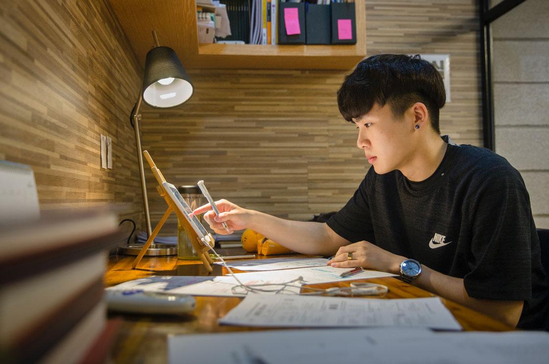 Shim Ei Joon pluggar femton timmar på veckodagarna och tretton timmar på helgdagarna.