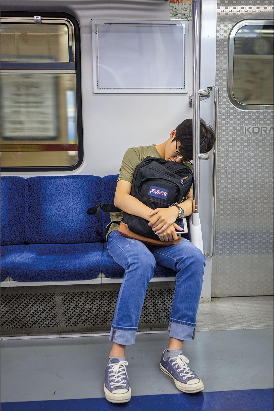Sovande elever, i bland annat Seouls tunnelbana, är en vanlig syn.