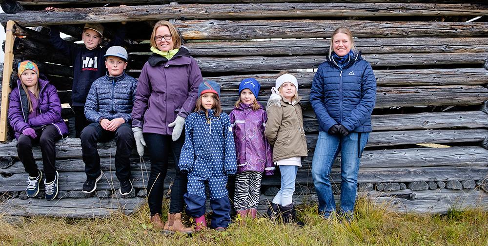 """Närheten till naturen är en av de stora fördelarna för Ammarnäs skola. """"Vi är ute mycket i skog och mark och jobbar praktiskt"""", säger Jenny Sjöström. Foto: Elias Kunosson."""