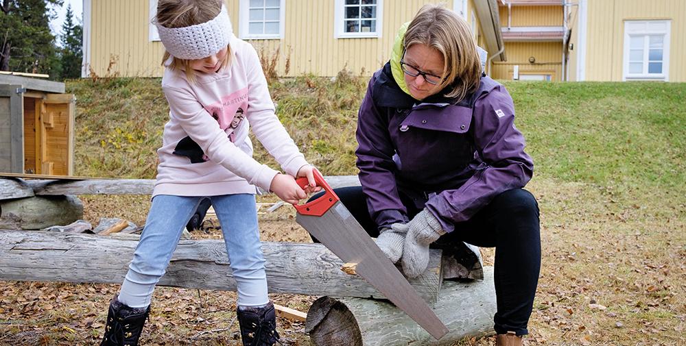 Med sågar, hammare och andra verktyg jobbar eleverna med ett kojbygge. Foto: Elias Kunosson.