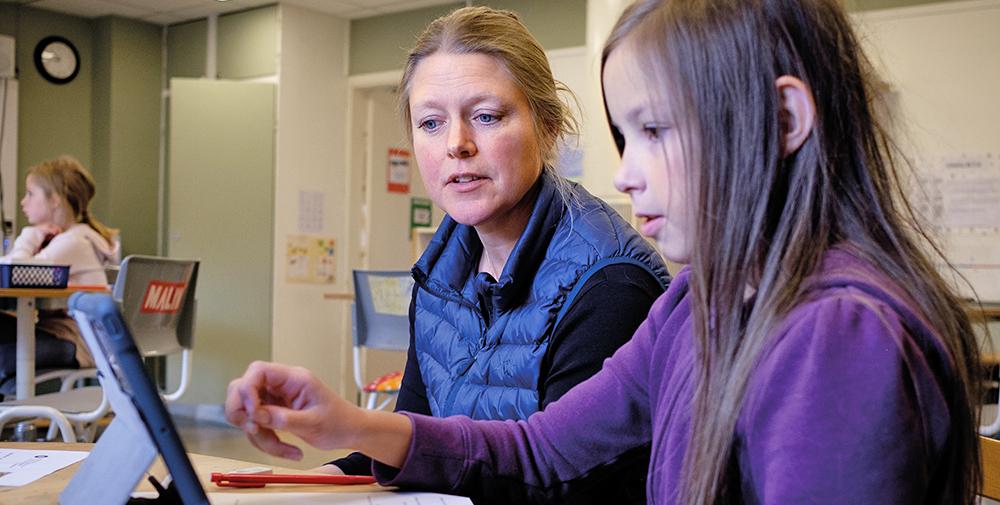 Jenny Sjöström har hjälp av elevassistenten Malin Johansson som underlättar läraruppdraget. Foto: Elias Kunosson.