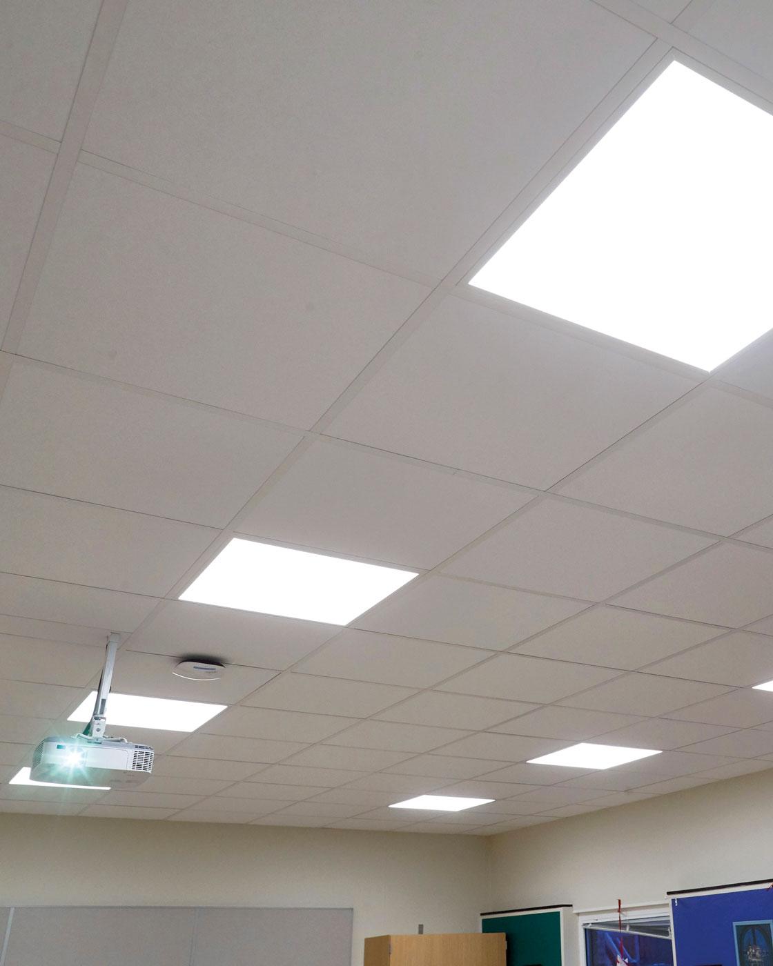 På Västervångskolan i Landskrona har man förbättrat ljudmiljön i klassrummen med hjälp av ljudabsorberande plattor i taket. Led-plattorna ger också ett  jämnare ljus.