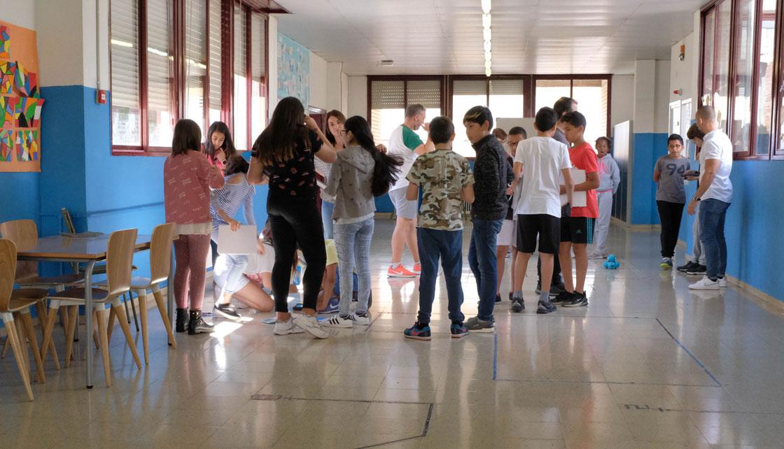 Två grupper arbetar med matematik i korridoren. Foto: Per Kornhall