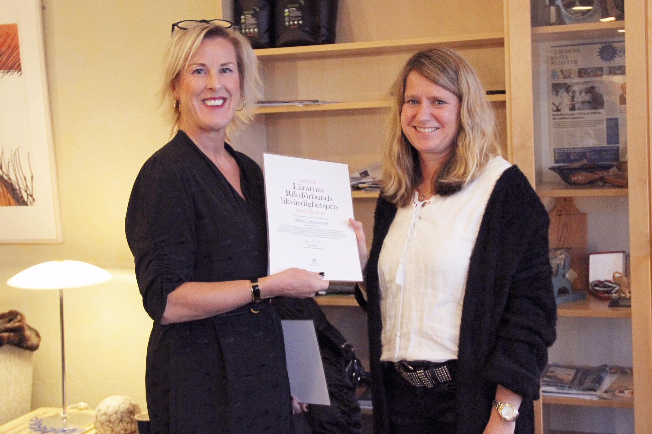 Åsa Fahlén överlämnar priset till Maria Järgenstedt. Foto: Härryda kommun
