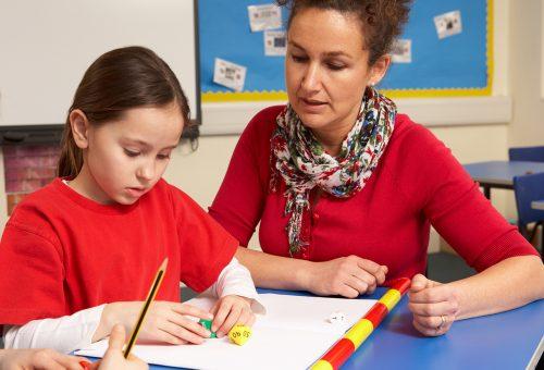 Lärare och elever i klassrum.