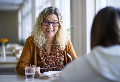 Lena Lyckander, lärare på Pitholmsskolan äter lunch tillsammans med sina elever den 5 mars 2021 i Piteå.