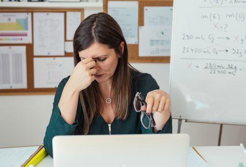 Trött lärare i klassrum.