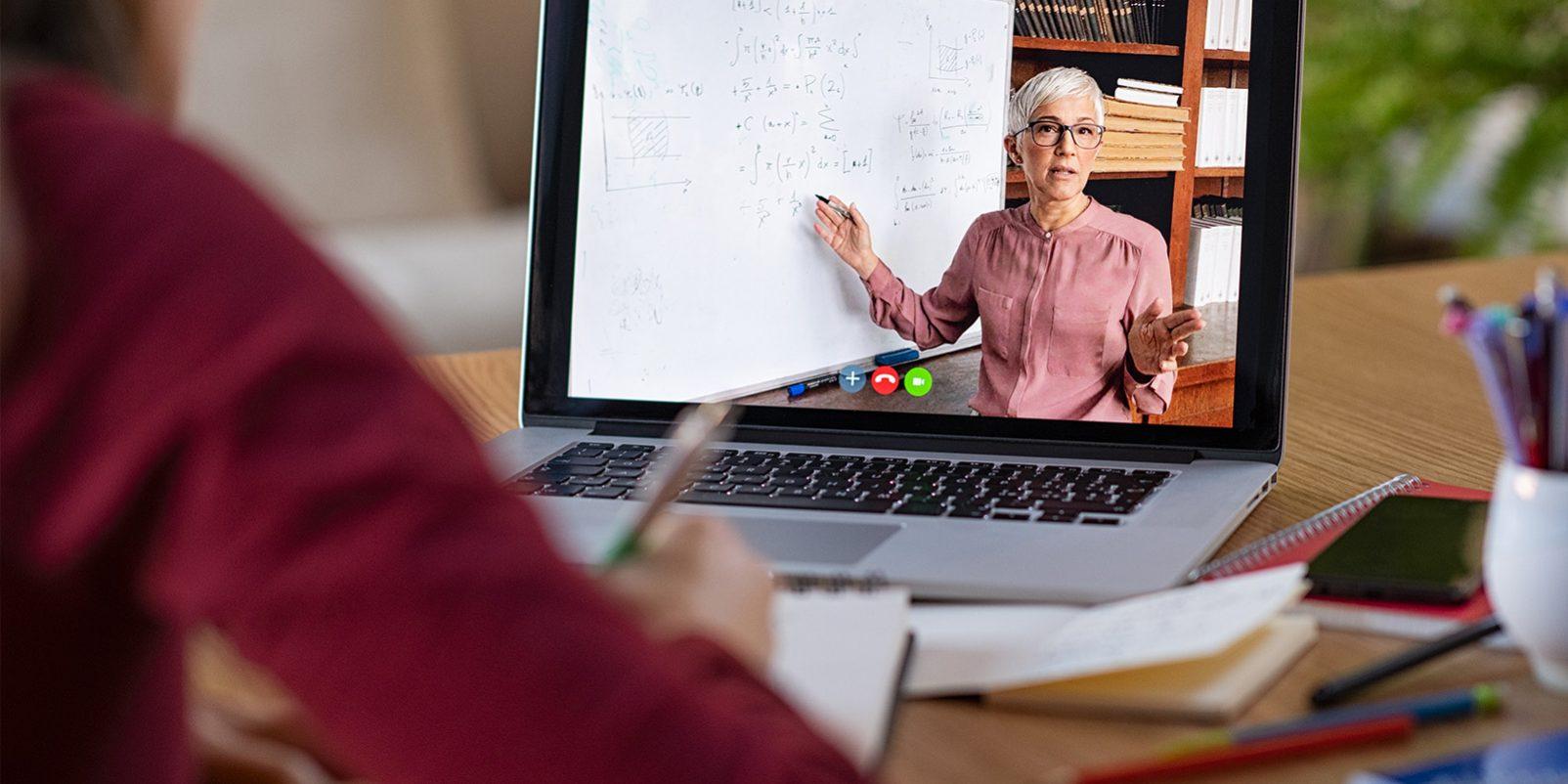 Elev undervisas av lärare på distans.