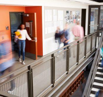 Elever i rörelse i skolkorridor
