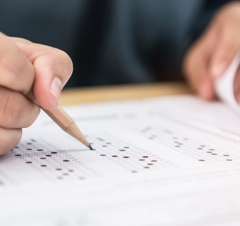 Elev skriver prov i skolan.