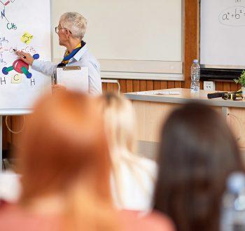 Lärare och elever i klassrum