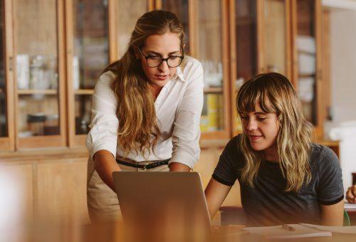 Lärare, elev, gymnasiet, laptop, klassrum