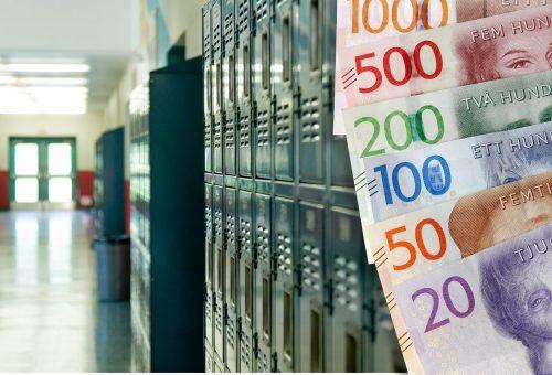Pengar, sedlar, skåp, korridor
