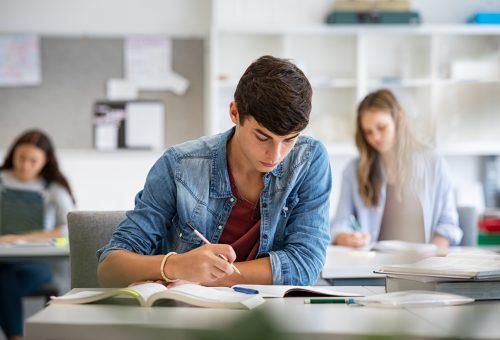 Skriver prov, elev, gymnasie, fokus