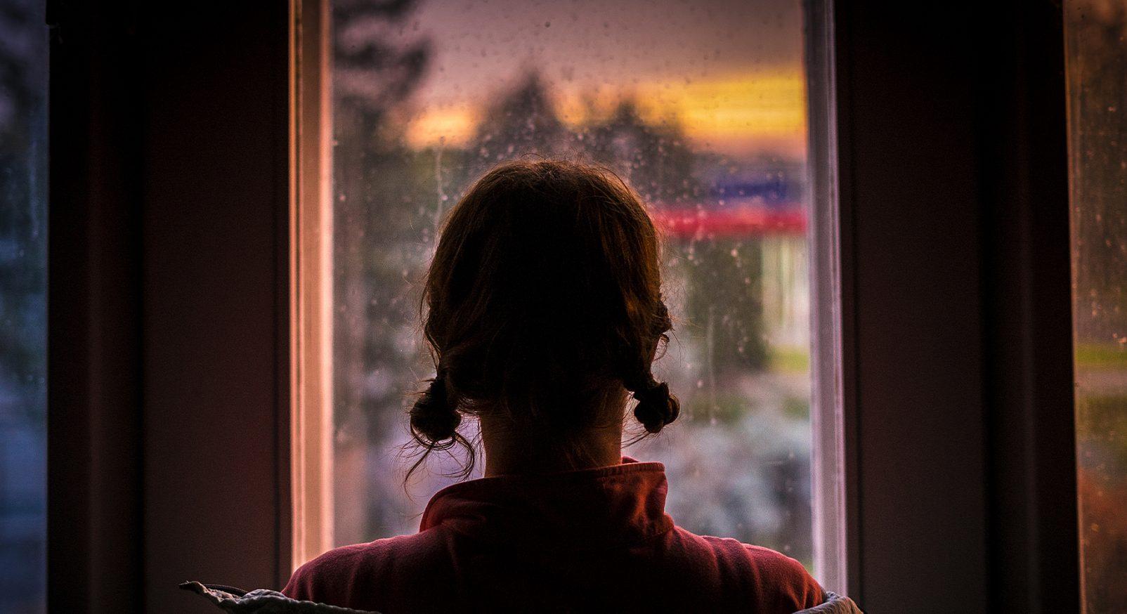 flicka fönster hemmasittare